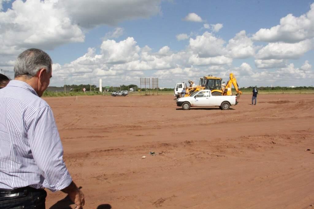 O governador Reinaldo Azambuja durante vistoria ao local onde será construído o Hospital Regional de Três Lagoas (Foto: Agesul/Divulgação)
