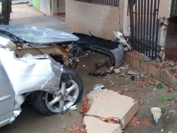 Veículo ficou bastante danificado (Foto: Nova News)