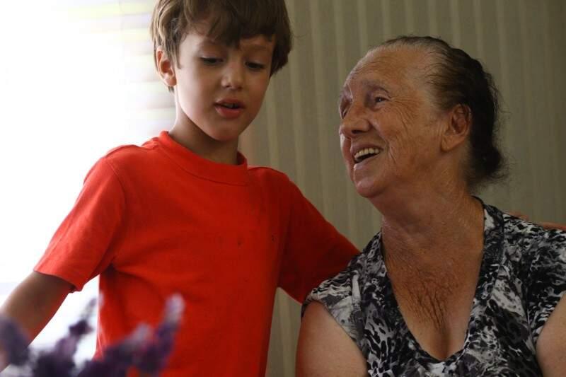 Dona Chica com o neto Lucas. Ele não foi em todos os brinquedos que a avó encarou. (Foto: André Bittar)