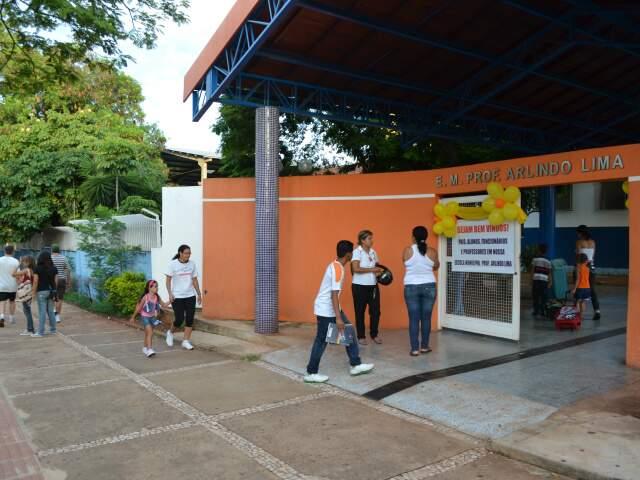 Alunos chegando na escola Arlindo Lima na manhã desta quinta (Foto: Fernando da Mata)