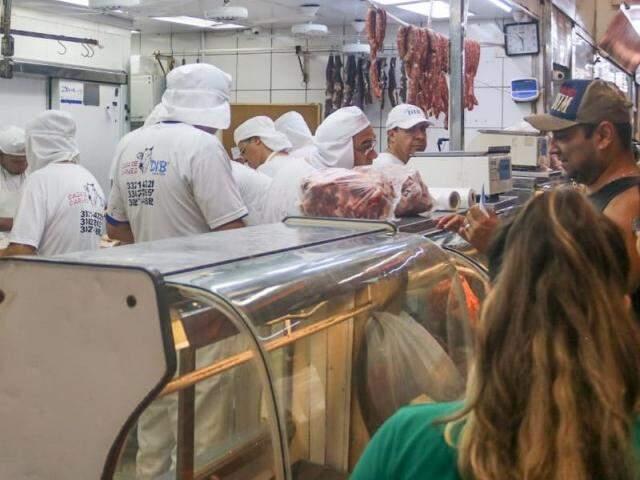 """Carne vermelha, o novo """"ouro"""" do mercado brasileiro, exibido em um dos açougues do mercadão (Foto: Marcos Maluf)"""