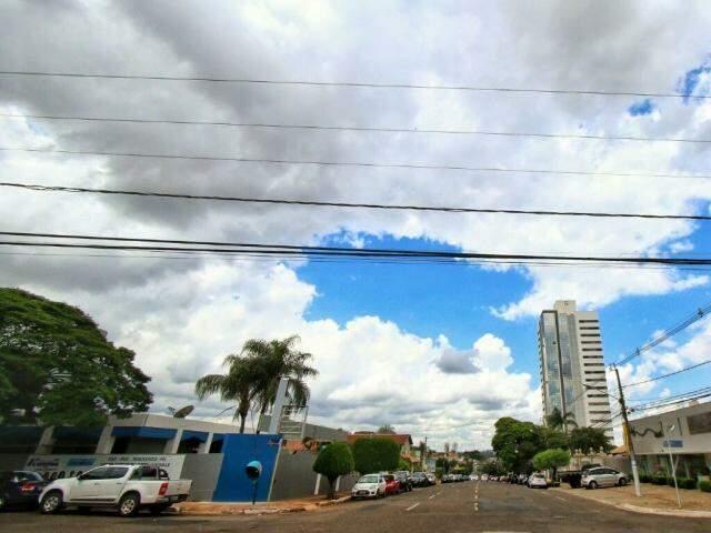 Céu coberto por nuvens na região central de Campo Grande nesta sexta-feira (Foto: André Bittar)
