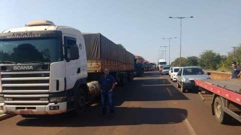 Polícia consegue retirar caminhões, mas bloqueio em rodovia continua