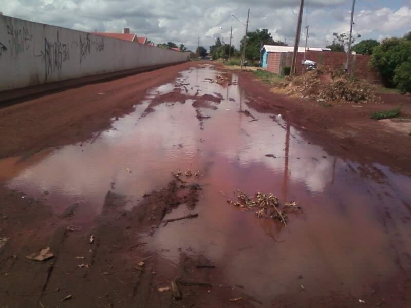 Moradores reclamam da falta de asfalto na rua