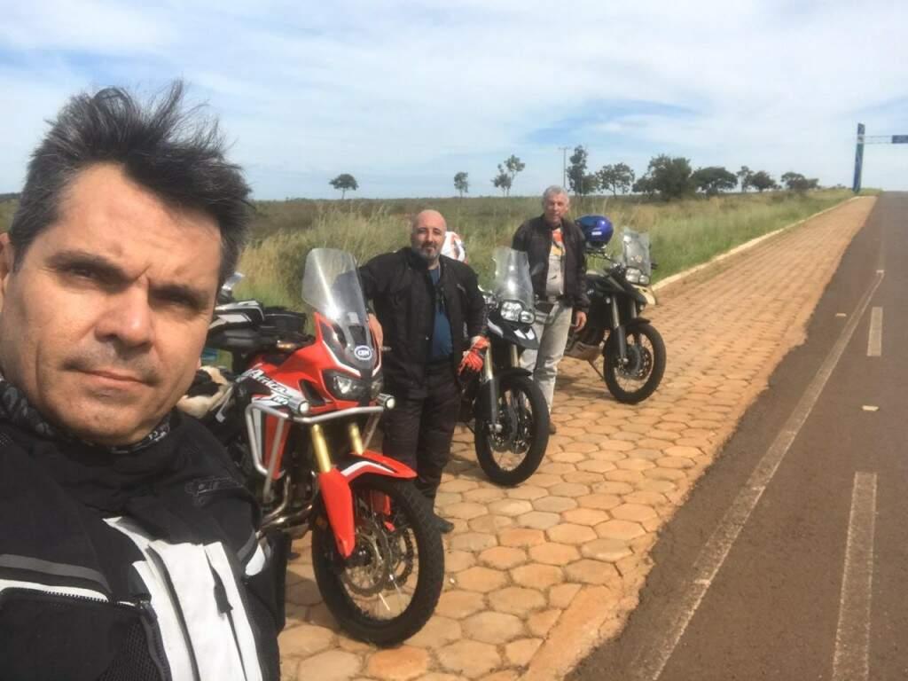 O presidente da CBM, Firmo Henrique Alves, o primeiro à esquerda, em uma de suas aventuras pelas estradas sul-mato-grossenses (Foto: Arquivo pessoal)