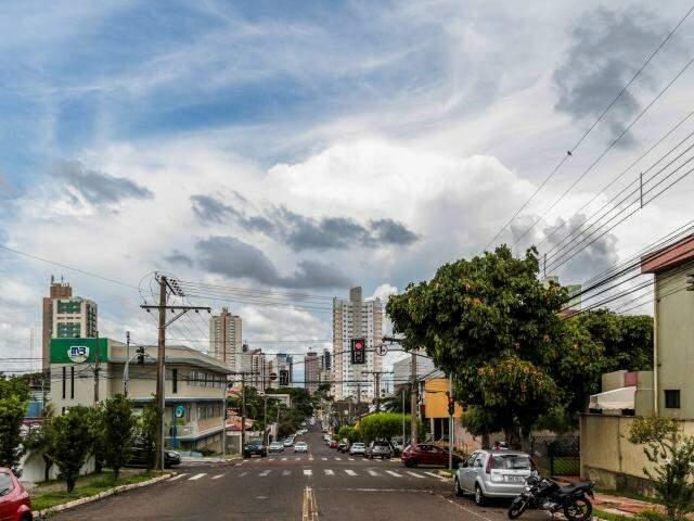 Céu encoberto por nuvens em Campo Grande nesta quinta-feira (12) (Foto: Fernando Antunes)