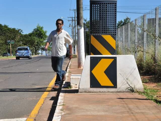 Funcionário público desvia de lombada para continuar trajeto.