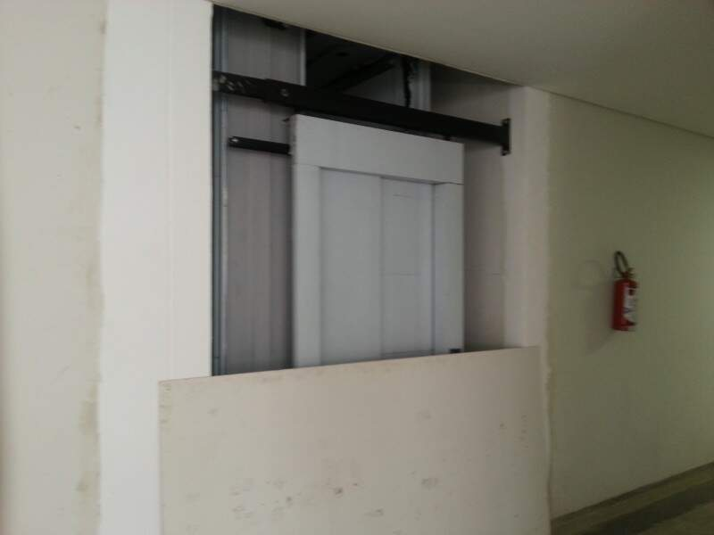 Interditado, elevador deve ser entregue em 2014. Só então deficientes físicos terão acesso ao 2º andar (Foto: Zana Zaidan)