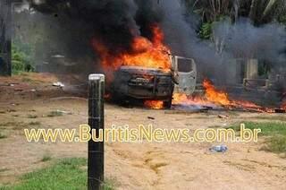Viatura da Força Nacional foi queimada pelos moradores durante ato (Foto: Buritinews)