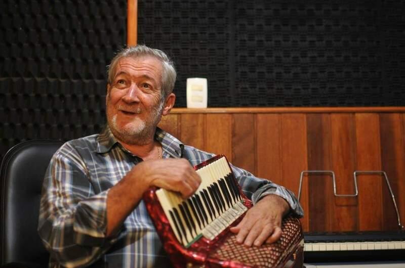 Dino ao lado da Sanfona que tem mais de 40 anos e foi comprada em Minas Gerais (Foto: Alcides Neto)