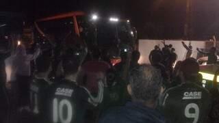 Ônibus passou direto por torcedores (foto: Helton Verão)