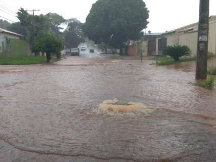 Chuva com trovoadas despenca na Capital e ruas voltam a ficar alagadas