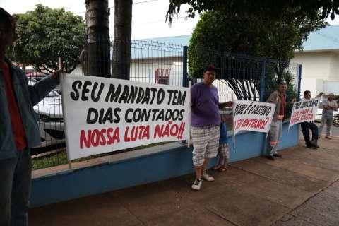 Caçambeiros estacionam em frente à Câmara no 5º dia de protestos