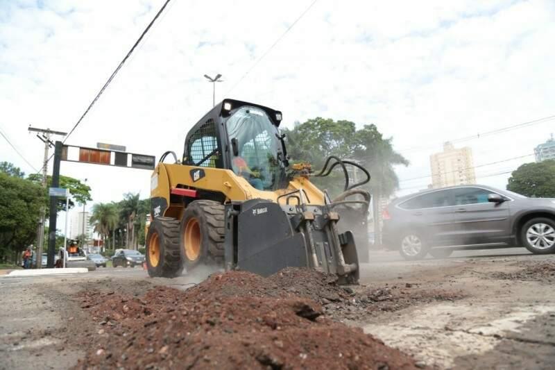 Serviço de tapa-buracos está nas ruas da cidade. (Foto: Fernando Antunes)