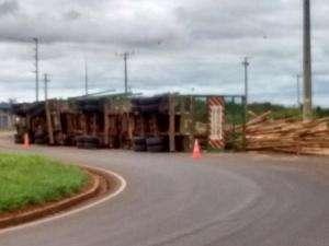 Duas carretas tombam em rodovias de acesso à Capital e um fica ferido