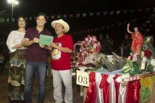 Vencedor do concurso de andores recebe prêmio do prefeito Paulo Duarte. (Foto: Diário Corumbaense).