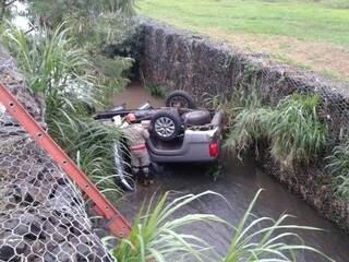 Duas pessoas ficaram feridas no acidente. (Foto: Simão Nogueira)