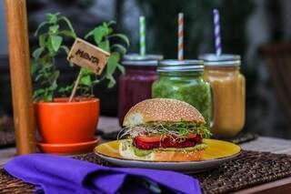 Sanduíche de beterraba com broto de alfafa e maionese verde é especialidade da casa (foto: Fernando Antunes)