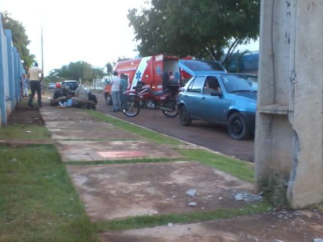 Motociclista colidiu em poste antes de bater em mureta de proteção. (Foto: Elverson Cardozo)