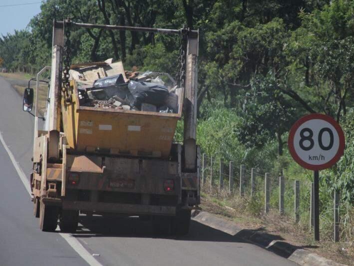 Caminhão-caçamba fazendo o transporte de entulho para despejo (Foto: Marcos Ermínio/Arquivo)