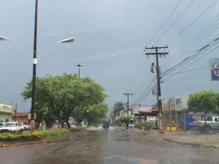 Chuva rápida alaga ruas centrais, mas sol volta e calor predomina