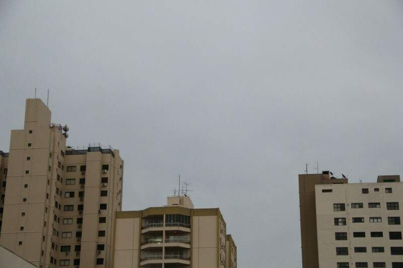 O dia amanheceu com céu nublado na Capital e previsão é de chuva em áreas isoladas. (Foto: Marcos Ermínio)