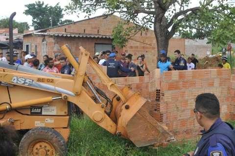 Prefeitura começa derrubar casas em área invadida no Jardim Montevideu