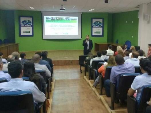 Secretário-adjunto Ricardo Senna, fala aos representantes das prefeituras sobre as ações que devem ser desenvolvidas em questão ambiental nos municípios. (Foto: Renata Volpe)