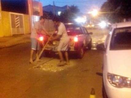 """Moradores fazem """"Operação Tapa Buracos"""" por conta própria no Coophasul"""