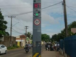 Lombada em frente ao posto de saúde do Tiradentes está desregulada e marcando a velocidade errada. (Foto: Kariston Godoy)