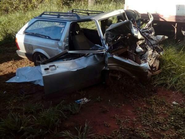 Carro, onde as vítimas seguiam, ficou com a frente destruída (Foto: Direto das Ruas)