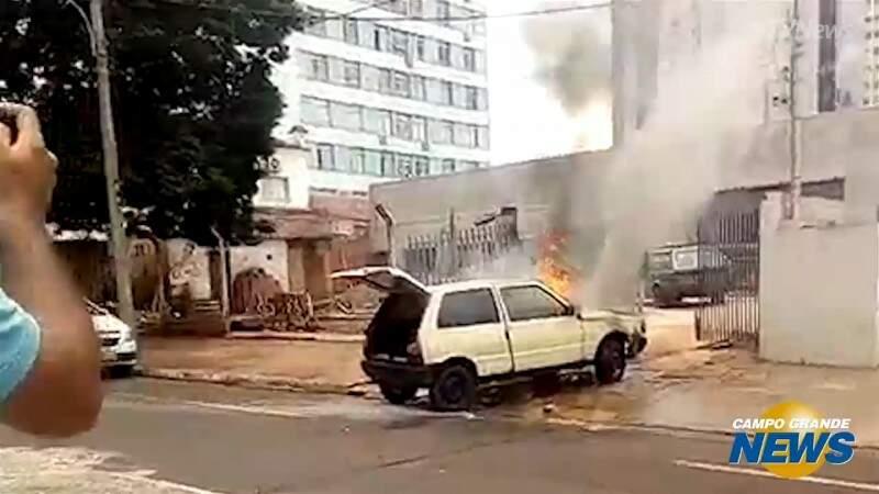 Testemunhas se desesperam ao ver motorista entrar em carro em chamas
