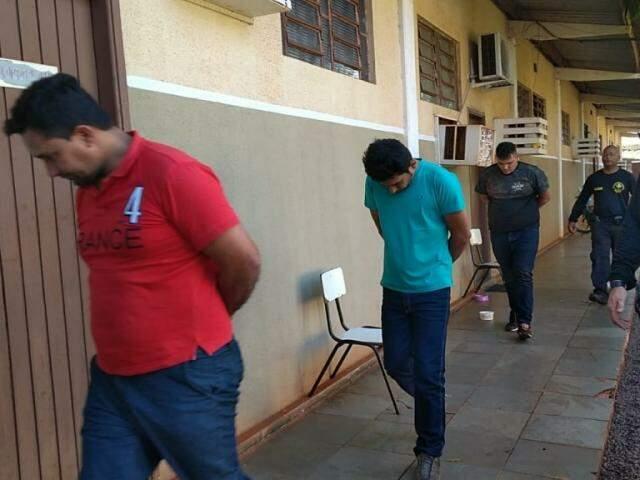 Presos com carga de maconha são conduzidos por policiais do DOF (Foto: Adilson Domingos)