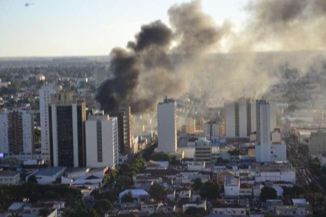 Mega incêndio destruiu loja, expôs falhas dos bombeiros e parou Capital