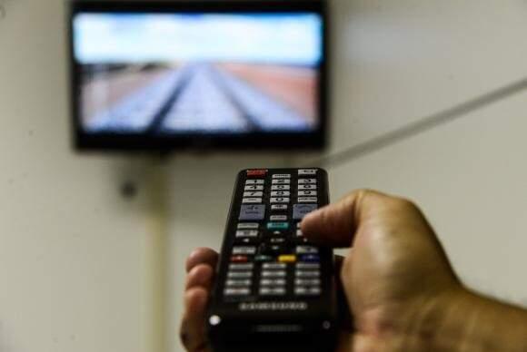 O total de domicílios com aparelho de televisão que não tinham antena parabólica, nem TV por assinatura, nem  digital aberta passou de 28,5%, em 2013, para 23,1%, em 2014, e chegou a 19,7%, em 2015. (VALTER CAMPANATO)
