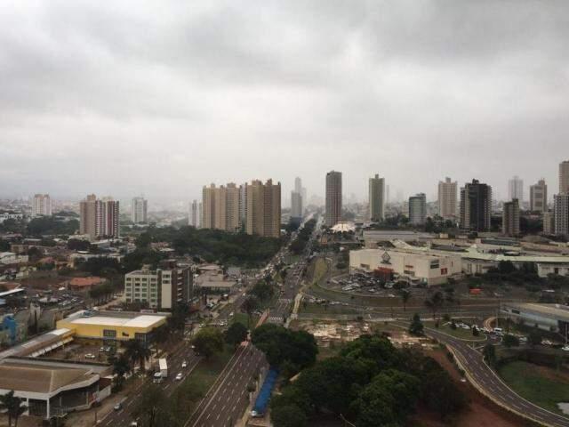 Céu escuro na região do Shopping Campo Grande (Foto: Adriano Fernandes)