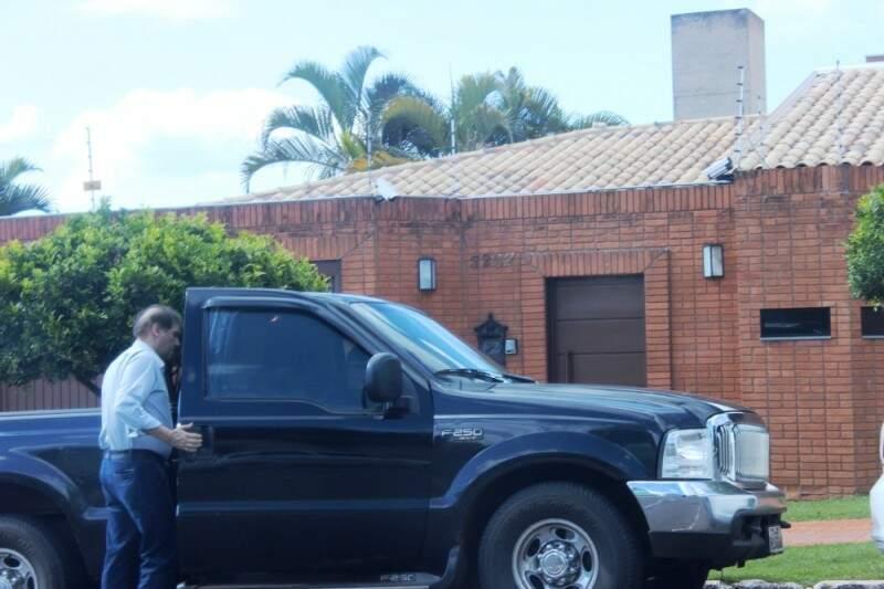 Bernal entra em veículo após deixar mansão.