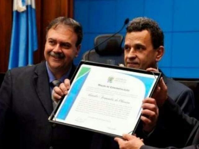 Urandir ao lado do deputado Paulo Siufi, durante sessão na Assembleia. (Foto: Divulgação/Assembleia Legislativa)