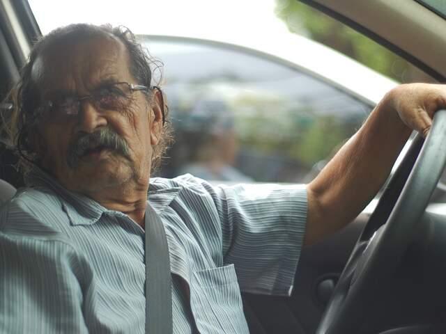 O taxista lamenta que a Onda Verde não está funcionado. Para ele a sincronia é uma maravilha. (Foto: Marlon Ganassin)