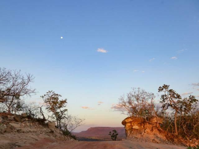 Lua aparece cedo na região, com cerrado tornando o visual lindo.