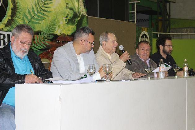 Dia da entrega da sinopse do samba enredo. No microfone, o presidente da escola Luiz Pacheco Drumond.