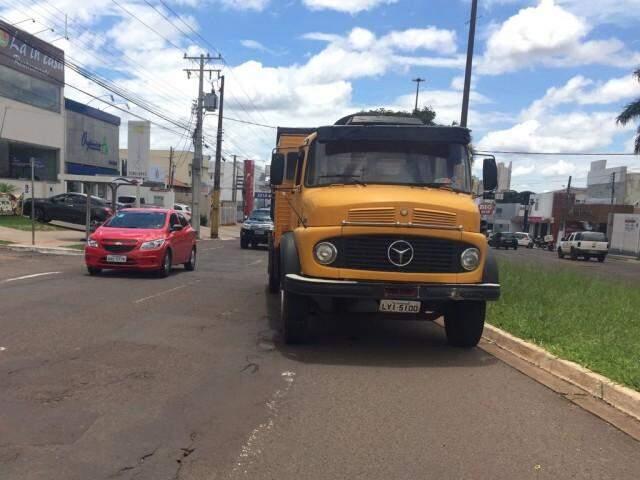 Caminhão estava estacionado em canteiro central de avenida. (Foto: Yarima Mecchi)