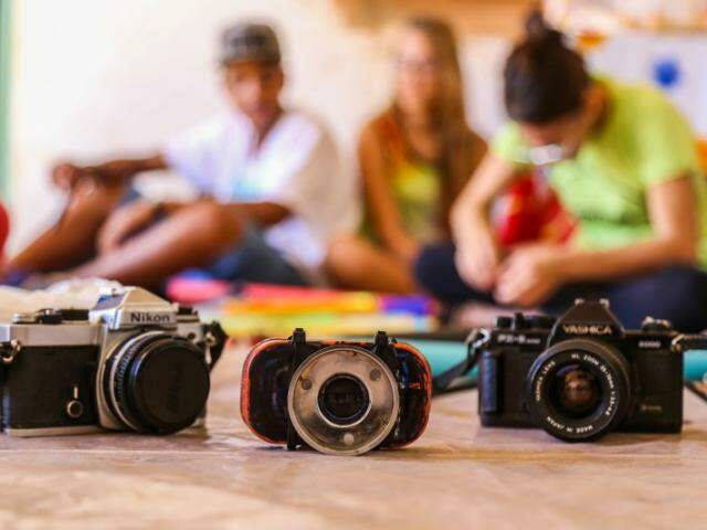 Entre latas e olhares, crianças criam, fotografam e participam de exposição em Museu. (Foto: Fernando Antunes)