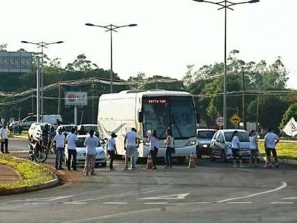 Protestos começam em Dourados e manifestantes bloqueiam rodovia