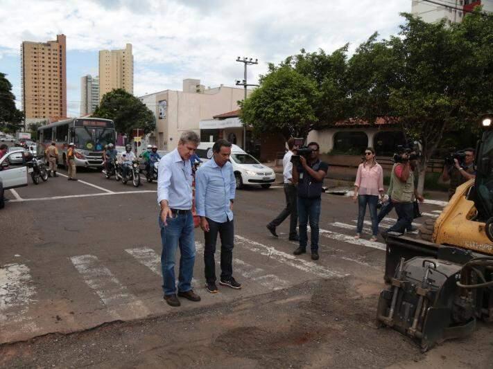 Pela manhã, prefeito visitou vias onde situação é crítica por conta dos buracos (Foto: Fernando Antunes)