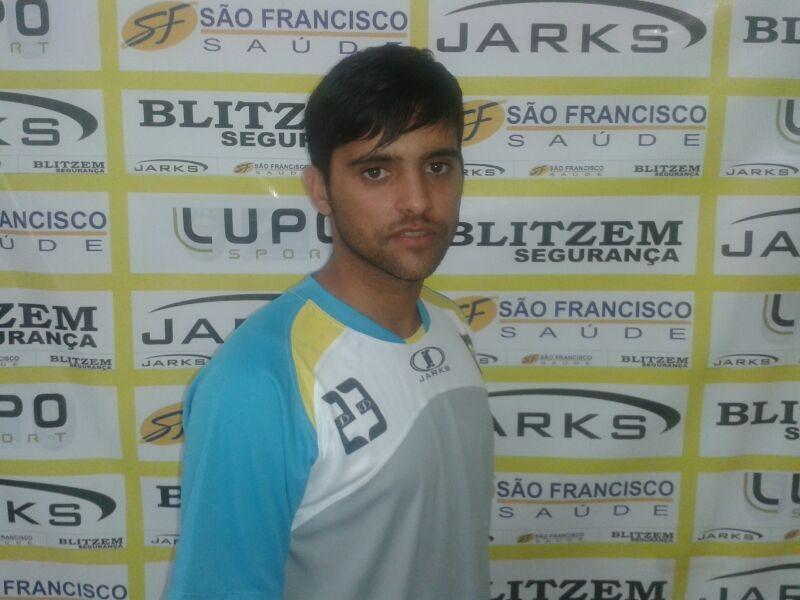 Pedro Marcelo Lima Júnior, o Juninho, 24 anos, tem 1,69 de altura, já atuou por clubes do Distrito Federal e estava no Sur Oman, de Omã
