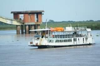 Embarcações que investiram em turismo contemplativo continua nas águas durante a piracema (Foto: Marcos Ermínio)