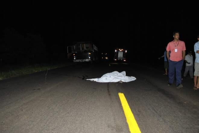 Corpo de motociclista ficou na pista da MS-276 após acidente (Foto: Jornal da Nova)
