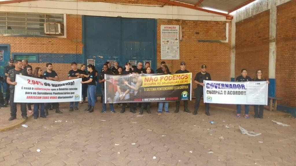 Agentes em frente a Máxima neste domingo. Alguns serviços aos presos foram suspensos (Foto: Marina Pacheco)