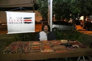 Jorge é descendente Terena e mistura técnicas artísticas que aprendeu na infância com referências indígenas (Foto: Paulo Francis)